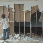 壁の取り壊し作業
